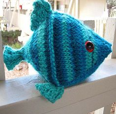 Sea Creature Knitting Patterns Free Knitting Pattern for Frida the Fish Toy - This fish amigurumi softie is about 8 in. cm), though you could change the size by changing the yarn weight. Ravelrers knit this for baby toys, cat toys, mobiles, and more. Chat Crochet, Crochet Cat Toys, Knitted Dolls, Free Crochet, Crochet Fish Patterns, Animal Knitting Patterns, Stitch Patterns, Softies, Crafts