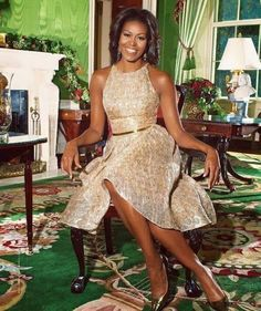 Obama shares White House holiday traditions, from decor to Mariah Carey First Lady, Michelle Obama in the green room; my favorite color. What a Beautiful photo.First Lady, Michelle Obama in the green room; my favorite color. What a Beautiful photo. Michelle Obama Fashion, Barack And Michelle, Glamouröse Outfits, Barack Obama Family, American First Ladies, American Women, American History, Native American, First Black President