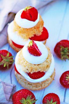 Veganska jordgubbsbakelser - fridasvegobak - Växtbaserad Vegansk Bakning Aquafaba, Cheesecake, Glass, Desserts, Inspiration, Food, Tailgate Desserts, Biblical Inspiration, Deserts