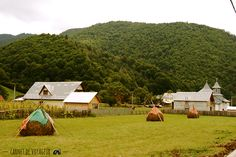 Village de montagne Lepsa #Roumanie Thursday Images, Throwback Thursday, Outdoor Gear, Tent, Golf Courses, Photos, House Styles, City, Bucharest