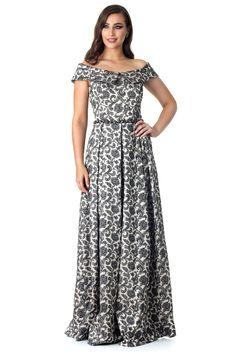 Vestido longo com decote canoa e cinto bordado em pedraria.  Valor de varejo R$ 2.749,00  Loja atual: Passeio Pedra Branca