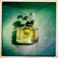this stuff smells so good! one of my favorite perfumes! :)