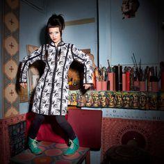 VESTE CYBLA :  Veste demi-saison à la fermeture réversible… et oui! Selon votre humeur, choisissez le coté qui vous convient le mieux ; la coupe, elle, reste idéale pour votre silhouette bien sûr… / Photo : Sophie Gisclard / Mannequin : Pascale Carol / Maquillage : Mademoiselle M / Styliste : Pascale Carol /Peinture : Luc Schnerb  /