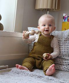 Søt og praktisk sparkedrakt til baby. Denn er strikket med knepping i livet for lettvint bleieskift.