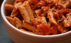 Ecco un piatto originale per cominciare ad accogliere le belle stagioni a tavola: pasta alla spagnola con salsa gazpacho.