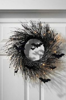 halloween wreaths Presently here is something many individuals disregard during this season, Christmas tree lights! About seven days after they have set up the Halloween enrichments Scary Halloween Wreath, Casa Halloween, Happy Halloween, Halloween Home Decor, Diy Halloween Decorations, Holidays Halloween, Halloween Crafts, Halloween Lighting, Halloween 2018