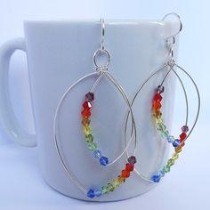 brincos em fio de prata com cristais coloridos