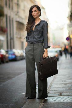 Evangelie Smyrniotaki look pantalona e camisa cinza