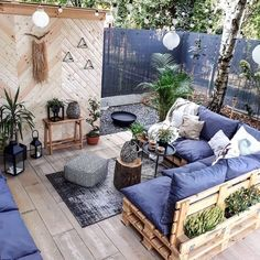 My kind of lounge 🛋🌿😍 (📷 Ann Flanigan.living) - My kind of lounge 🛋🌿😍 (📷 Ann Flanigan. Small Balcony Decor, Balcony Design, Small Patio, Pallet Furniture, Furniture Decor, Outdoor Furniture Sets, Balcony Furniture, Furniture Shopping, Furniture Online