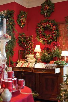 These festive decorations are crafted with fruit and foliage in the style often associated with Colonial Williamsburg. Displayed by the talented professionals at Seasons of Williamsburg, a popular full-service florist and antiques shop, this wreath proudly bears the classic colors of Christmas, an occasion during which the exuberance of this destination stands apart. Christmas Crack, Christmas Mood, Christmas Themes, Christmas Mantles, Natural Christmas, Xmas, Southern Living Christmas, Beautiful Christmas Decorations, Christmas Interiors