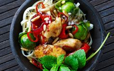 opskrift på wok-ret med kylling og rosenkål
