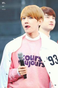 "EXO Baekhyun Style ""Cours Toujours"" Sweater"