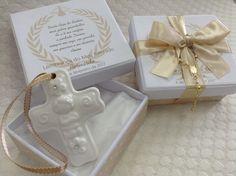 Caixinha Cartonada , (7,5 cm x 8 cm x 3 cm), com Pingente em ceramica modelo CRUZ.. A caixinha é forrada com etiqueta adesiva personalizada, com oração, nome da criança , fita de cetim 15 mm e com mini terço.