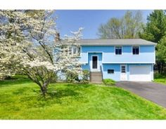 Fabulous West Natick location close to commuter rail, schools, shopping amd major routes! Attractive 3 bedroom, 2.5 bath Split-level style…