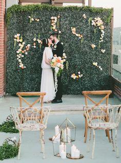 flower wall altar decor | Photo by: onelove photography via Green Wedding Shoes #weddingaltar #flowers #greenwall