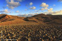 #Volcanes de Bayuyo, al norte de #Fuerteventura   La alineación del Bayuyo es un conjunto de conos volcánicos que erupcionaron en la misma época, siguiendo una línea casi recta. Estos volcanes tienen planta circular y cráteres calderiformes, comprenden desde la Isla de Lobos hasta Montaña Colorada,