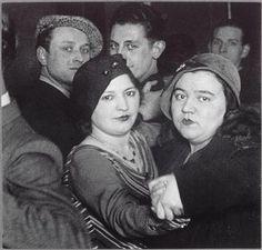 Couples d'homosexuels au bal de la Montagne-Sainte-Geneviève, vers 1932, Brassaï