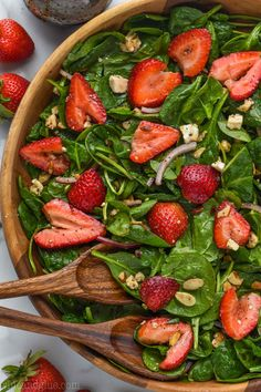 Strawberry Spinach salad with it's balsamic poppyseed dressing is the perfect easy side dish for a picnic or BBQ, or just a weeknight meal! Cold Side Dishes, Picnic Side Dishes, Summer Side Dishes, Side Dishes Easy, Side Dishes For Pizza, Side Dishes For Party, Barbeque Side Dishes, Bbq Salads, Summer Salads