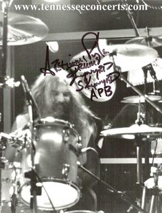 Lynyrd Skynyrd Plane Crash | Left: Longtime Lynyrd Skynyrd drummer Artimus Pyle signs autographs.