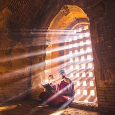 Monks and morning rays in Old Bagan, Myanmar. Photography by Berchtesgaden National Park, Zen, British Travel, Inle Lake, Estilo Hippie, Bagan, Morning Light, Travel Photographer, Buddhism