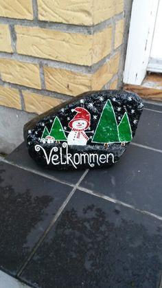 Jule velkomst sten malet med acryl maling og posca tusser Pebble Painting, Pebble Art, Stone Painting, Christmas Rock, Christmas Crafts, Posca Art, Painted Rocks Craft, Pet Rocks, Zen Art