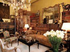 《情繫東方——香奈兒的中式之家》 由香奈兒女士親自設計的寬闊的絨面革沙發,而當時其它同類產品都是使用絲綢和天鵝絨。