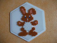 Voici un petit lapin qui va être bientôt sur mon arbre de Pâque j'ai trouvé le modèle sur mon livre n8 il faut une plaque n 276   clique sur le lien ci-dessous Des idées pour Pâques...