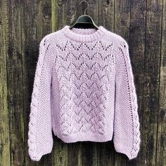 Kongming sweater is a gorgeous sweater with balloon sleeves and a design by Gepard Garn. Buy the yarn and pattern at Uldstedet! Chunky Knitwear, Fair Isle Pattern, Ravelry, Mohair Sweater, Knitting Patterns, Knit Crochet, Jumper, Sweaters, Cotton