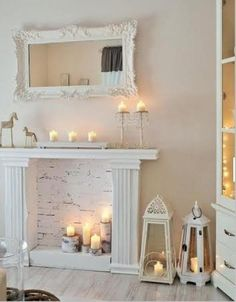 Pour donner un look Shabby Chic à votre décor, voici quelques trucs ! - Évidemment, toujours miser sur le blanc ! - Remarquez le fond du foyer, de la brique peinte en blanc, vous pourrez trouver dans les grandes quincailleries des panneaux d'imitat