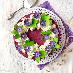 Tämän äitienpäiväkakun aihe löytyi sinivuokkometsästä. Täytteeseen on yhdistetty raikas mustaherukka ja makea valkosuklaa. Painted Cakes, Gum Paste, Acai Bowl, Floral Wreath, Breakfast, Sweet, Flowers, Food, Decor
