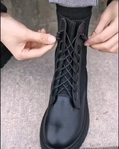 Ways To Lace Shoes, How To Tie Shoes, Diy Fashion Hacks, Fashion Tips, Diy Clothes And Shoes, Tie Shoelaces, Everyday Hacks, Fashion Shoes, Fashion Outfits