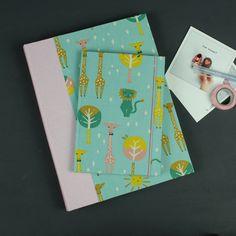 Apricot Türkis gemustertes Babyfotoalbum und Babytagebuch. Ein Geschenk zur Geburt oder Taufe eines Mädchens. Personalisierbar