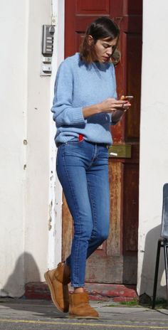 Alexa Chung in Uggs Blue Skinny Jeans Outfit, Light Blue Jeans Outfit, Blue Sweater Outfit, Pullover Outfit, Blue Jean Outfits, Light Blue Skinny Jeans, Winter Sweater Outfits, Light Blue Sweater, Casual Fall Outfits