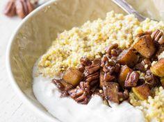 Amaranth-Porridge mit warmer Birne und Pekannüssen