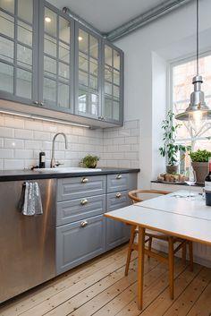 Fullutrustat kök i grått, vitt och rostfritt