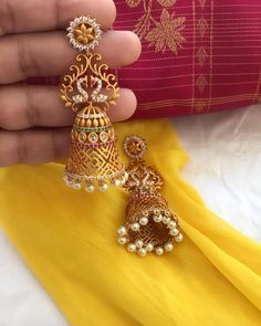 Get the perfect bridal look with this gorgeous matte finish traditional bridal jhumka. Gold Jhumka Earrings, Indian Jewelry Earrings, Jewelry Design Earrings, Gold Earrings Designs, Gold Jewellery Design, Jhumka Designs, Gold Jewelry, Diamond Jewelry, Jewelry Sets
