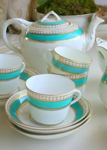 All Things Royal and English English China tea set. Love the turquoise and white with gold accents Tea Cup Saucer, Tea Cups, Vintage Tee, English China, China Tea Sets, Cuppa Tea, Teapots And Cups, Best Tea, Tea Service