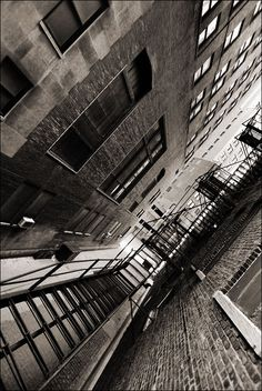 Chicago, USA - on the fire escape in a deserted alley (by Ivan Lo)