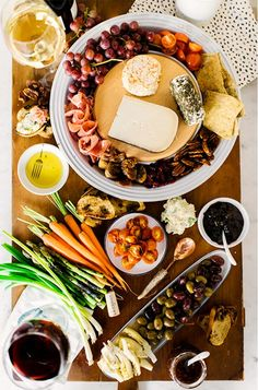 Looking for some amazing charcuterie board ideas to wow your guests on your next holiday parties? Learn how to make an epic charcuterie board plus get a list of the best summer cheese boards perfect for a crowd! Tapas, Cheese Platters, Food Platters, Charcuterie And Cheese Board, Cheese Boards, Antipasto Platter, Charcuterie Platter, Fast Food, Cheese Party