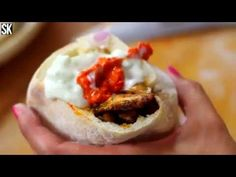A tökéletes házi gyros elkészítése (Recept) Meat Recipes, Bagel, Hamburger, Food And Drink, Bread, Ethnic Recipes, Kitchen, Youtube, Pizza