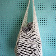 This bag is a simple project, great for novices to crochet. Materials Crochet Hook DK weight cotton yarn skeins Cascade Ultra Pima or Super Crochet Market Bag, Crochet Tote, Crochet Handbags, Crochet Purses, Cotton Crochet, Bead Crochet, Filet Crochet, Crochet Hooks, Crotchet Bags