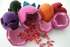 Zwei bunte kleine Filzeier aus Bergschaf/Merinowolle mit Platz für kleine Überraschungen drin. Innen sind die Eier gelb, außen rot, orange, apfelgrün