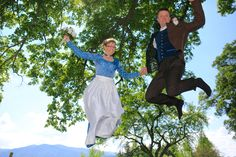 Brautpaar auf Trampolin / Tegernsee/