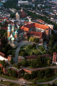 """Wawel Hill, Kraków #Poland La collina Wawel con il famoso complesso di edifici religiosi e civili storici che simboleggiarono la speranza di libertà ; c'è anche la"""" Dama con l'ermellino """"di Leonardo."""