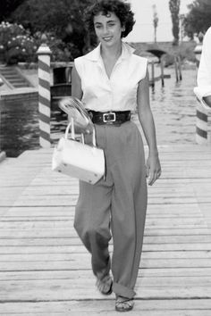 The Ultimate Roundup Of Hollywood's Original Street Style Stars – Who What Wear The Ultimate Roundup Of Hollywood's Original Street Style Stars Elizabeth Taylor's style is envious to say the least! Retro Mode, Vintage Mode, Look Vintage, Vintage Beauty, Vintage Hats, Vintage Wear, Dress Vintage, 1950s Style, Hollywood Glamour