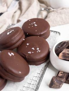 Homemade Choco Pie aka Moon Pie - Catherine Zhang Chocolate Drip, Chocolate Coating, Choco Pie, Chocolate Chip Cookies, Homemade Moon Pie Recipe, Cannoli Cupcake, How To Make Marshmallows, Moon Pies, Fancy Cookies