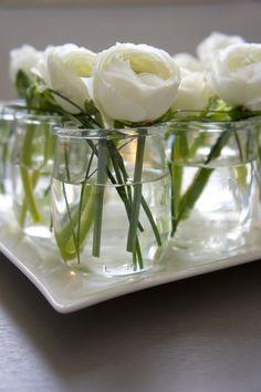 Idée déco : de jolies fleurs coupées dans des petits pots à yaourt vides