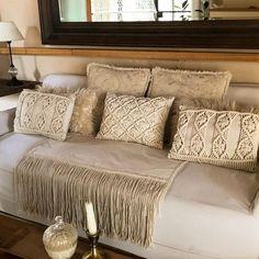 Que lindos quedan estos almohadones en macramé combinados con otras texturas ...Me tiraría en él a descansar, pero es lunes y esto recién… Macrame Design, Macrame Art, Crochet Pillow Patterns Free, Living Area, Living Room, Macrame Plant Hangers, Cushions, Pillows, Interior Design