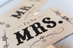 色付きのポストカードに飾り枠と文字を印字するだけでもいいですね。MR.と MRS.は定番!