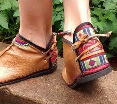 Bota artesanal de couro com detalhes bordados e de crochê. Conheça mais em nossa página no Facebook Sônia Pasck - Tudoart: https://www.facebook.com/soniapasck.tudoart/